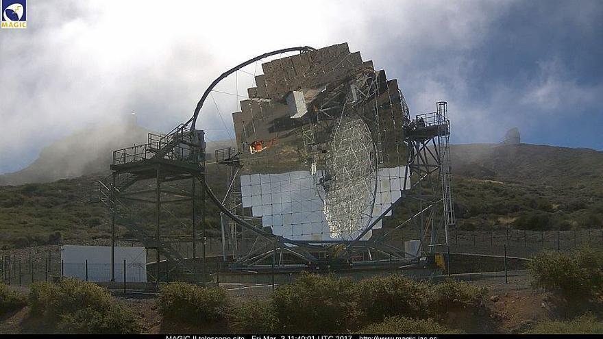 Entorno del  observatorio del Roque de Los Muchachos, con uno de los telescopios MAGIC, este viernes. Imagen captada de la webcam de los MAGIC.