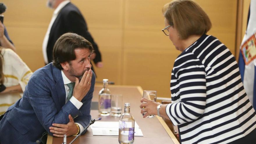 Carlos Alonso, expresidente del Cabildo de Tenerife, y Juana María Reyes, presidenta de la mesa de edad del pleno extraordinario.