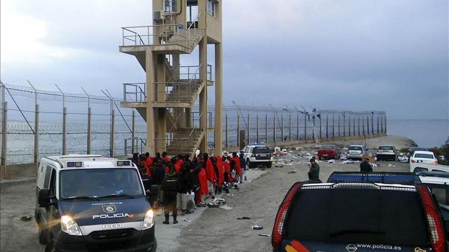 Hospitalizados en Ceuta 12 inmigrantes tras el asalto masivo a la valla fronteriza