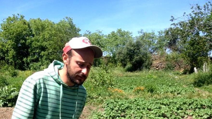 Iván ha dejado la ciudad junto con su pareja para instalarse en el mundo rural y hacer de la agricultura ecológica su modo de vida