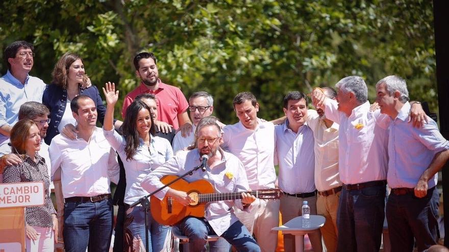 Girauta se lanza a cantar 'Mediterráneo' de Serrat en el acto central de campaña de Ciudadanos