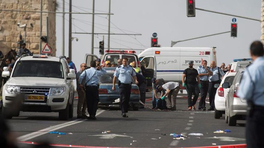 Dos policías israelíes heridos y el agresor palestino tiroteado en Jerusalén