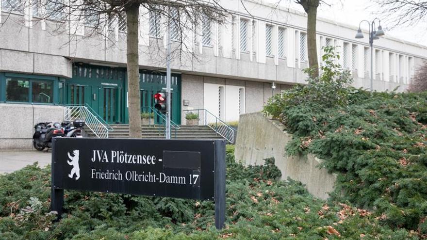 Huyen dos presos de una cárcel de Berlín, mientras sigue la búsqueda de otros cuatro