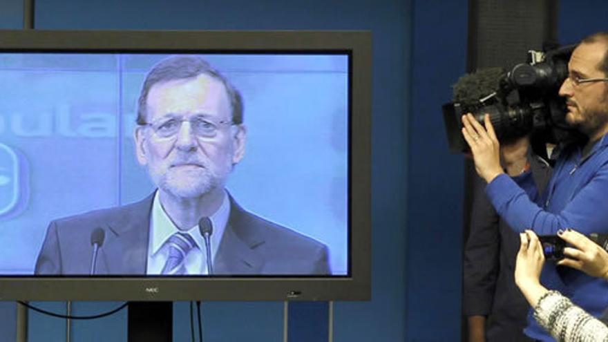 Los periodistas tienen que seguir el discurso de Rajoy desde la sala de prensa. El presidente no acepta preguntas. Foto: J.J. Guillén / EFE.