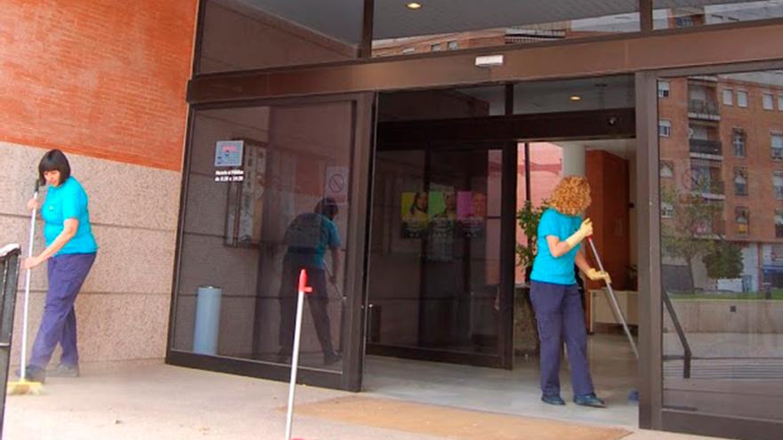Equipo de limpieza de edificios municipales | SADECO