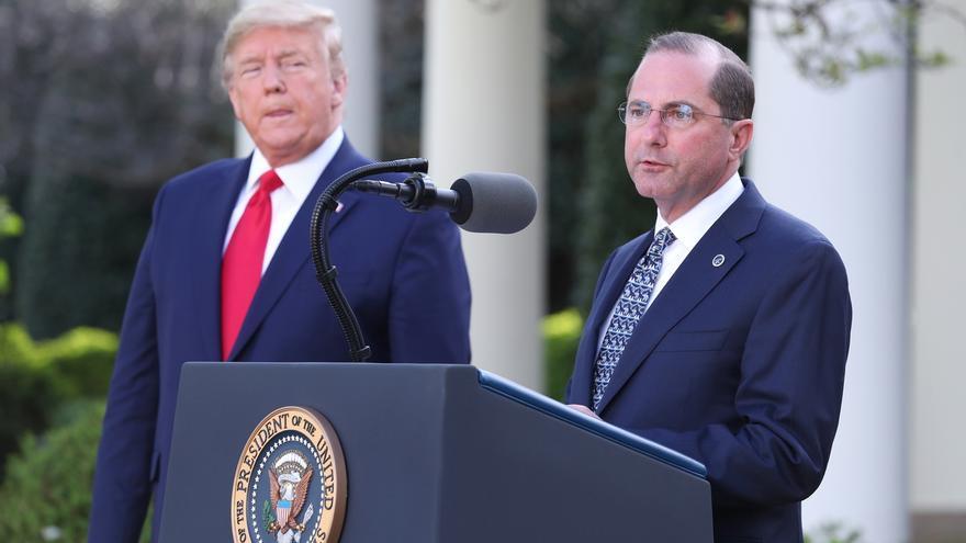 En la imagen, el secretario de Salud de Estados Unidos, Alex Azar (d), junto al presidente estadounidense, Donald J. Trump (i).