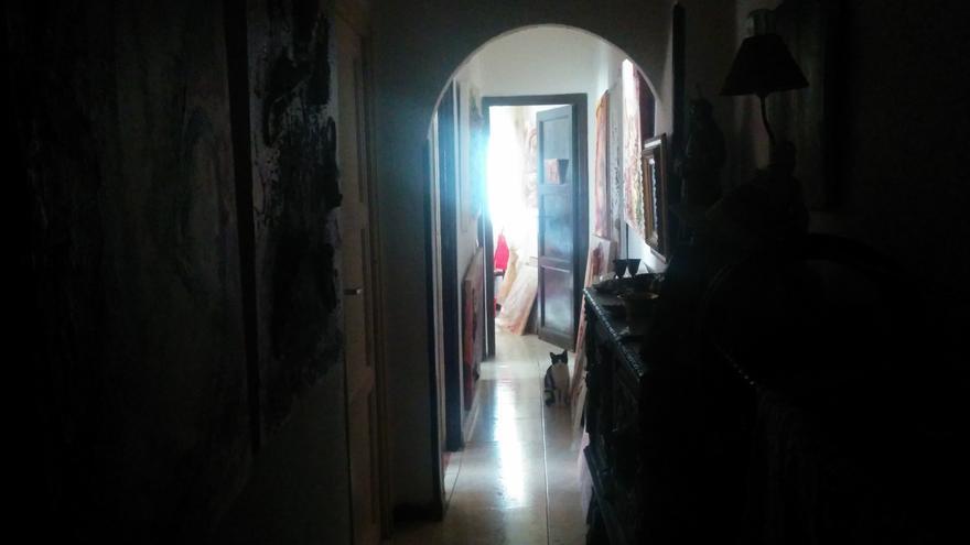 El pasillo de la casa de Aurora, una vecina de Madrid que lleva una semana con la luz cortada