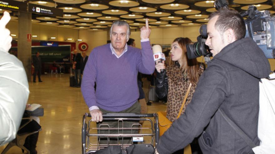 El extesorero del PP, Luis Bárcenas, en el aeropuerto de Madrid el 17 de febrero de 2013. / Gtres