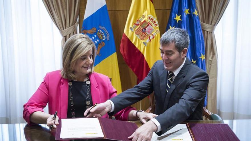 La ministra de Empleo, Fátima Báñez (i), firma y el presidente del Gobierno de Canarias, Fernando Clavijo (d), firman un convenio para mejorar el servicio público encomendado a la Inspección de Trabajo y Seguridad Social