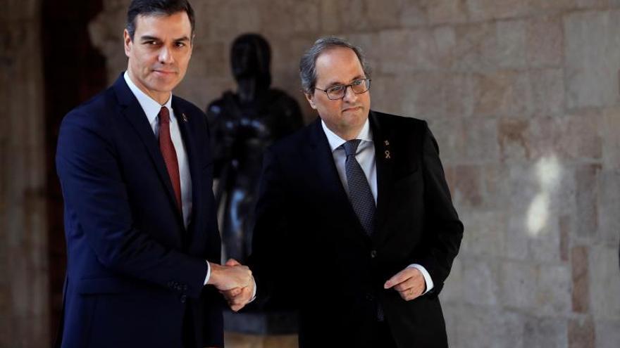 Saludo entre los presidentes Sánchez y Torra previo a la reunión en el Palau de la Generalitat