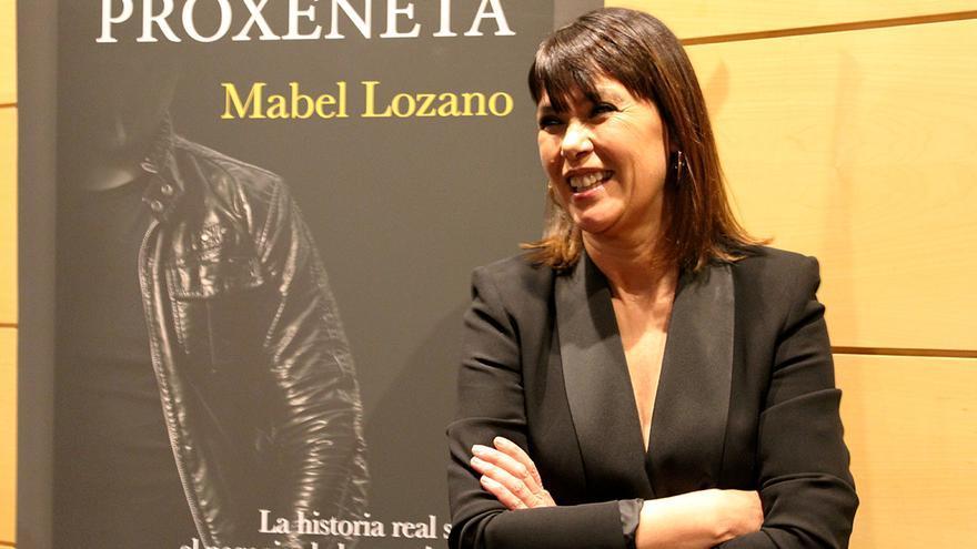 Mabel Lozano junto a la portada de 'El proxeneta'