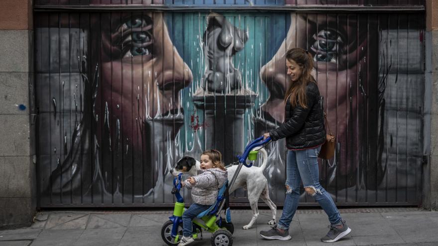 Madre con su hija y el perro