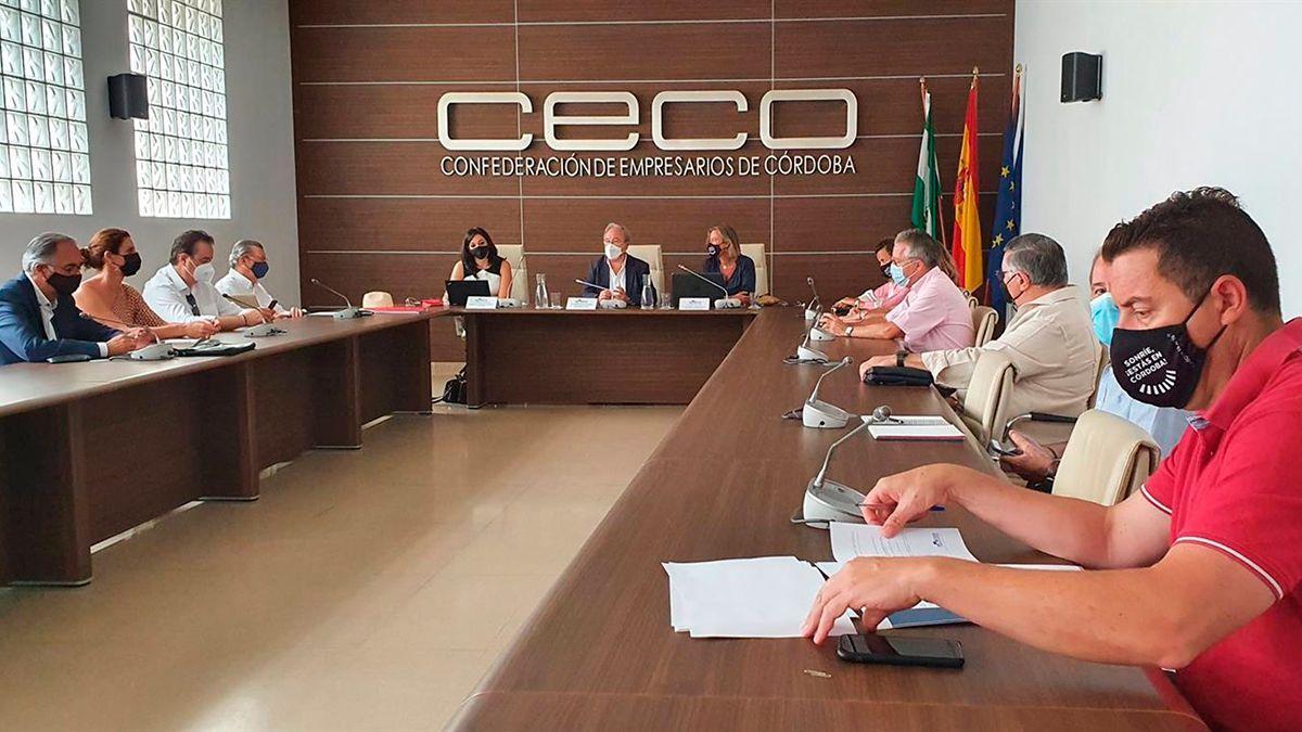 Reunión de Isabel Albás con la comisión de Turismo de CECO.
