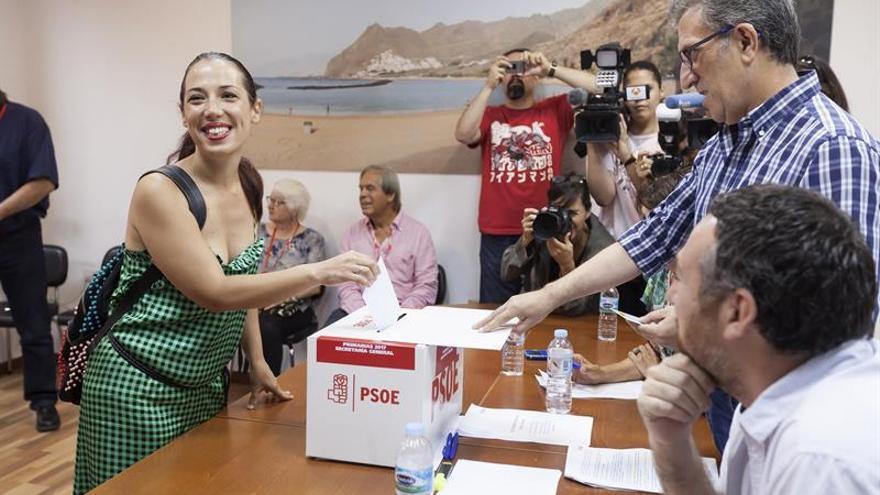 Patricia Hernández, candidata a la secretaría general del PSOE de Canarias, vota en las primarias.