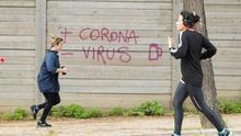 Dos mujeres corren en el Parque de la Ciutadella de Barcelona
