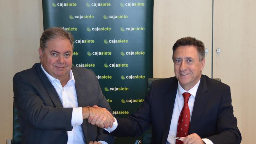 Julio Henry Sicilia (i) y Fernardo Berge durante la firma del acuerdo.
