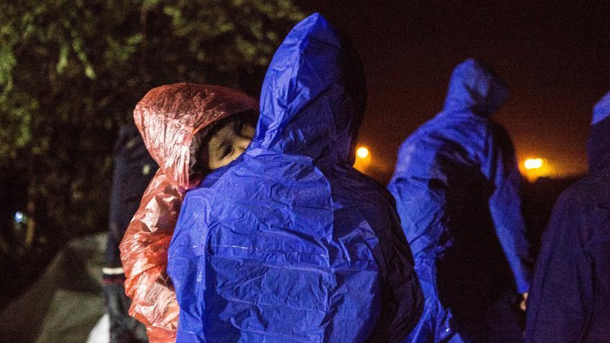 """""""Hemos atendido a niños muy pequeños"""", afirma el Dr. Alberto Martínez Polis, coordinador médico de MSF en Serbia. """"Han estado haciendo cola durante horas, a la intemperie, empapados y tiritando. No tenían ningún lugar para calentarse, secarse o cambiarse de ropa"""". Fotografía: Anna Surinyach/MSF"""
