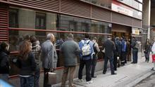 Cola en el exterior de la oficina de empleo en Madrid, una imagen recurrente en los países de la eurozona.