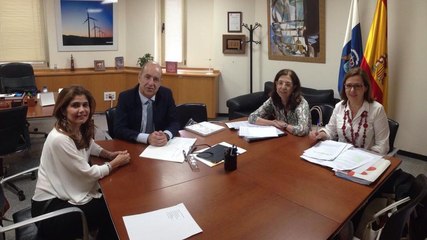 La consejera de Política Territorial, Inés Miranda, en una reunión mantenida con el consejero de Economía, Industria, Comercio y Conocimiento del Gobierno canario, Pedro Ortega.