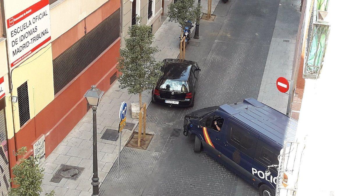 Coche mal aparcado bloqueando el giro de un furgón de policía en la C/ Santa Brígida   TW: @peatondemadrid
