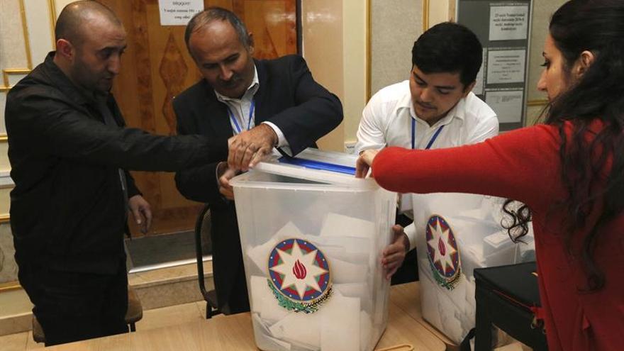 Azerbaiyán celebra un referéndum para ampliar el poder de Alíev