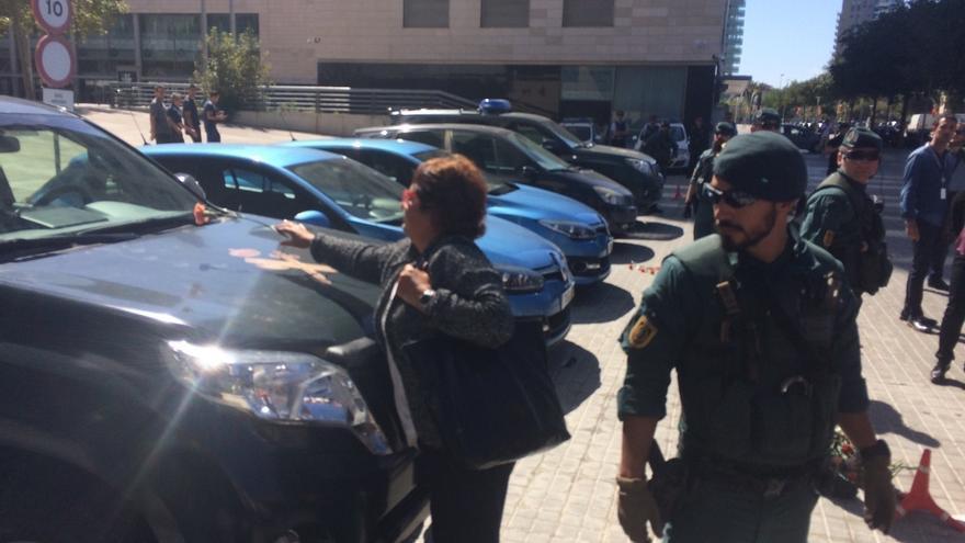 """Consejera de Trabajo llega a su sede con gritos de 'Votaremos' y responde: """"El Govern es firme"""""""