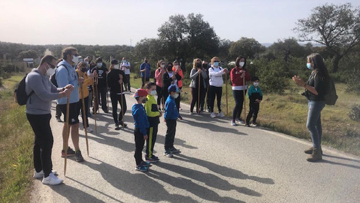 Participantes recibiendo instrucciones previas a la ruta.