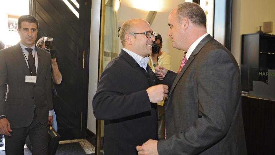 Alfredo de Miguel y el portavoz del PNV, Joseba Egibar, a punto de fundirse en un abrazo en el Parlamento Vasco en 2011