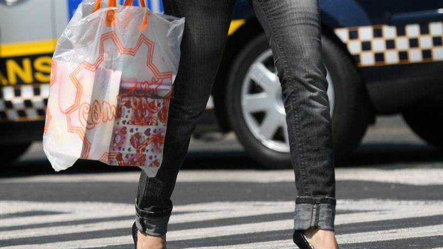 Todos los comercios cobrarán por las bolsas de plástico a partir de 2018