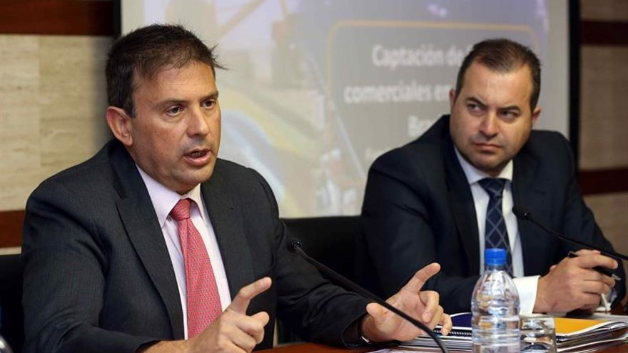 El presidente de la Autoridad Portuaria de Las Palmas, Luis Ibarra (i), y el representante comercial de la Fundación de Puertos de Las Palmas para Sudamérica, Alexandre Bolson