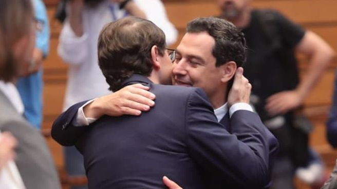 El presidente de Andalucía, Juanma Moreno, abraza a Alfonso Fernández Mañueco, tras su investidura como presidente de Castilla y León.