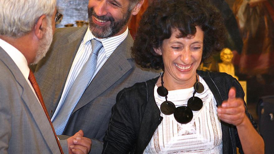 José Domínguez Abascal (en el centro), en una imagen de archivo junto a la entonces ministra de Educación Mercedes Cabrera.