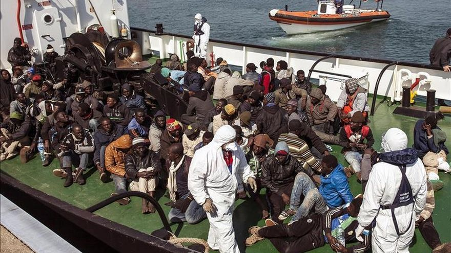 Un grupo de inmigrantes rescatado por la embarcación RBD a su llegada esta mañana al puerto de Corigliano Calabro (Italia)/ Efe