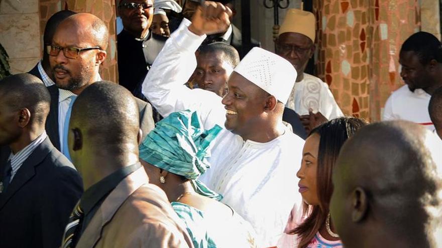Miles de personas celebran la investidura de Barrow en las calles de Banjul