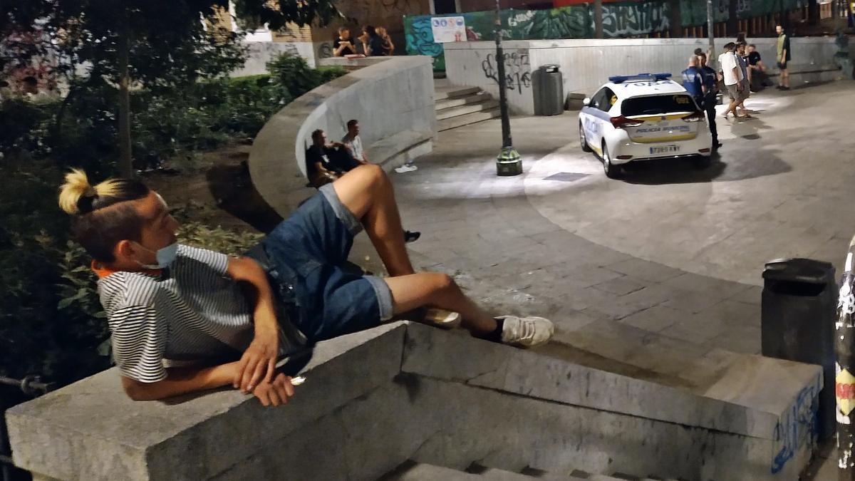 Vigilancia policial en la plaza del Dos de Mayo el pasado fin de semana