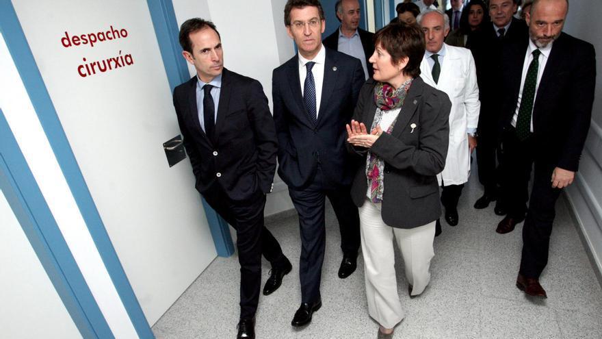 Feijóo y la exconselleira de Sanidade Rocío Mosquera,  en una visita a un hospital