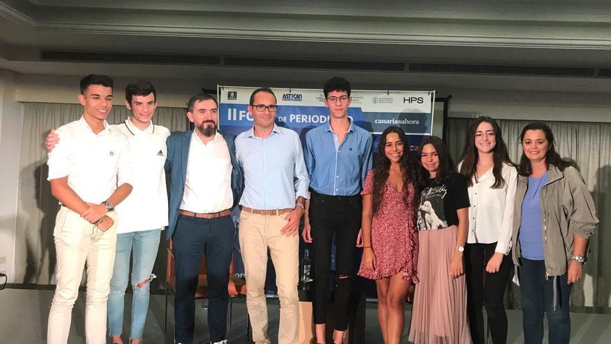 Ignacio Escolar y David Jiménez, con alumnos y profesores de la Universidad Fernando Pessoa de Canarias
