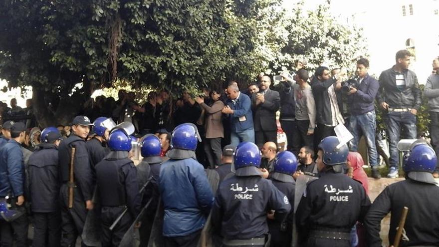 Miles de personas protestan en Argel contra la reforma de la ley de pensiones