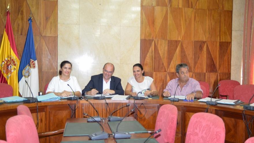 En la imagen, acto de la firma de los convenios en el salón de Plenos del Cabildo.