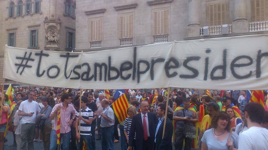 Mas sale a saludar a las miles de personas concentradas en la Plaza Sant Jaume y cantan 'Els Segadors'
