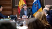 El presidente del Gobierno de Canarias, Fernando Clavijo, charla con varios de sus consejeros al inicio de la reunión semanal del Consejo de Gobierno.