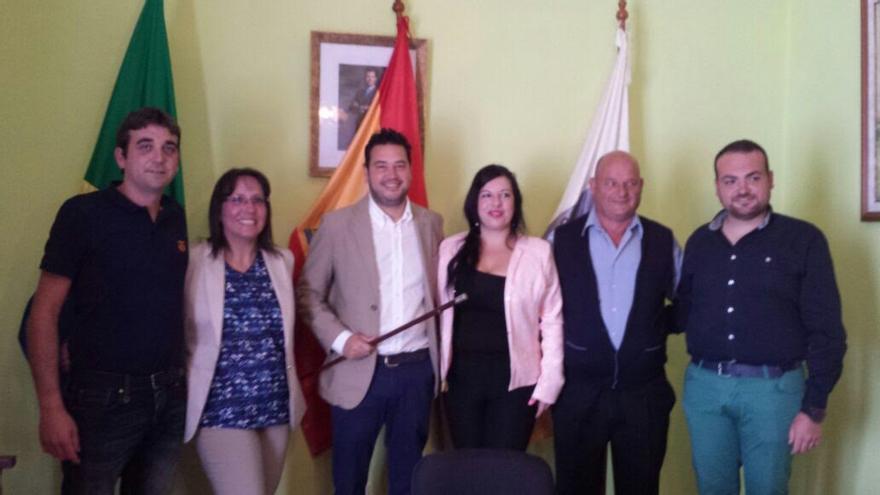 El nuevo alcalde de Barlovento, Jacob Qadri (PP), con los miembros de su grupo de Gobierno.