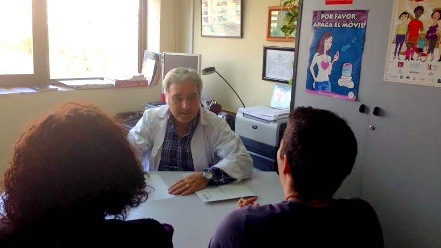 El sexólogo Felipe Hurtado pasando consulta en la unidad de atención a las personas transexuales del Hospital Universitario Doctor Peset