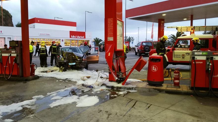 El coche, como se aprecia en la imagen, impactó contra una de columna de la marquesina de la estación de servicio. Foto: Bomberos La Palma