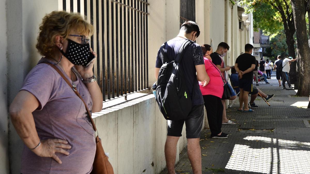 Las filas para hisoparse en la Ciudad alcanzan las tres o cuatro horas de demora.