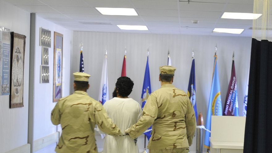 Un detenido es escoltado al hospital para presos en la Bahía de Guantánamo, Cuba, octubre de 2010 © US DoD