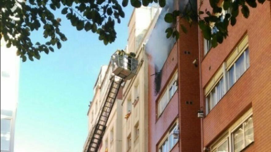 Un incendio en un piso de la calle Lábaro de Santander afecta a parte de la fachada y el tejado
