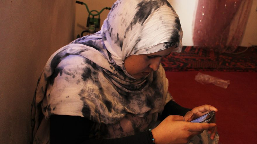 Sumaya responde a mensajes de Watsapp en su jaima | G. S.