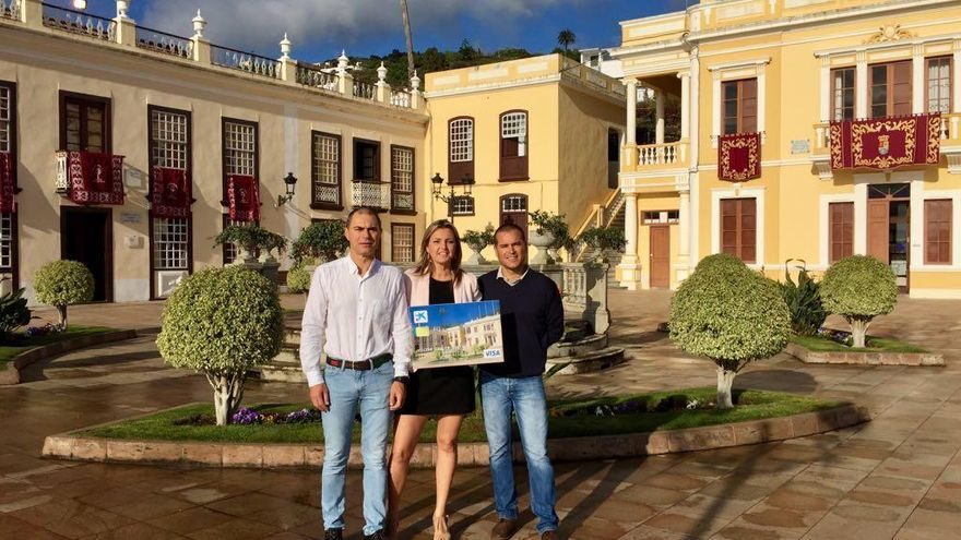 El alcalde de Villa de Mazo, José María Pestana (i), y el concejal de Desarrollo Local, Diego Brito (d), han explicado la importancia que tiene para la localidad macense que una imagen representativa pase a formar parte del catálogo de CaixaBank.
