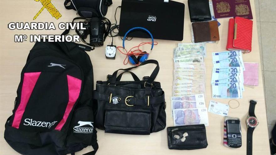 La Guardia Civil del Puesto Principal de Yaiza (Lanzarote), detiene a A.R.R. tras robar supuestamente en un hotel de Playa Blanca.